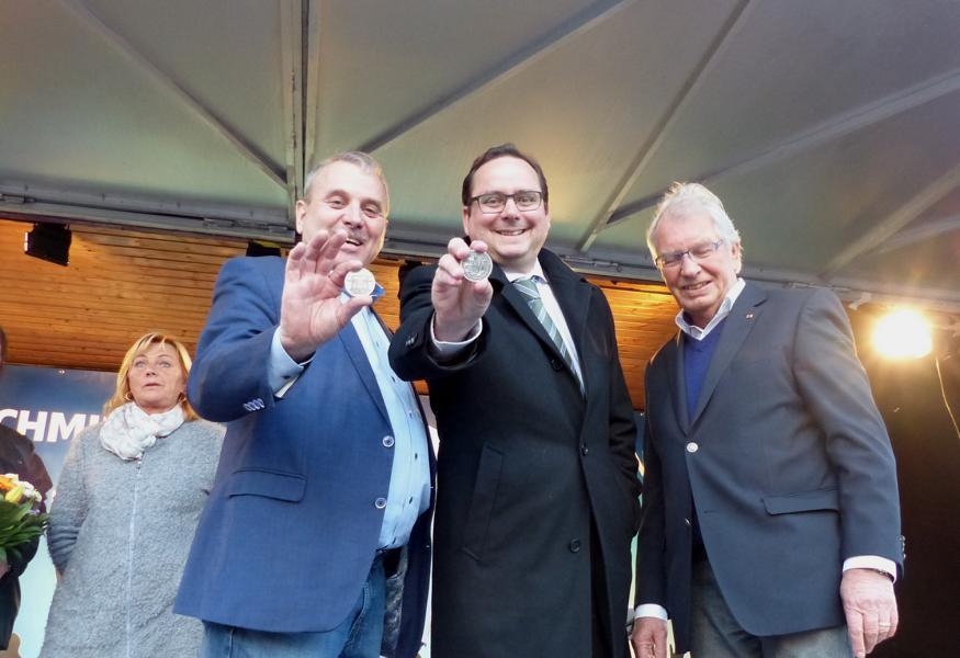 005 Albert Ritter und Tomas Kufen zeigen freudig den Marientaler