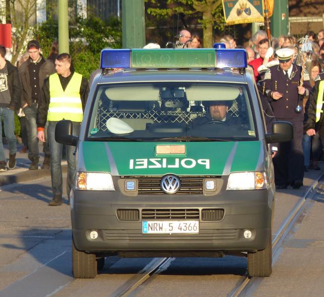 die Polizei sichert den Umzug